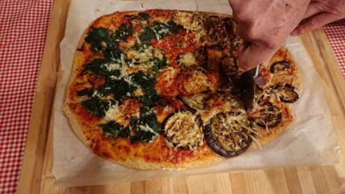 pizza cotta, ortiche e melanzane