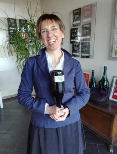 donna felice con bottiglia, il giorno della consegna del taste-de-vin